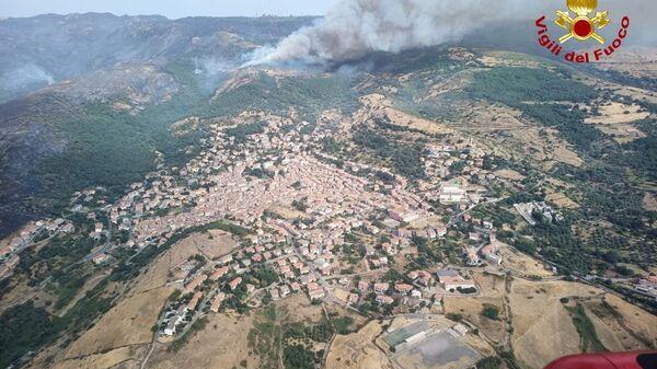 Вид с вертолета на лесной пожар на Сардиния, Италия - Sputnik Polska
