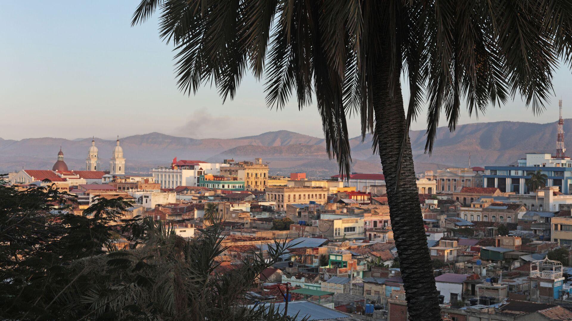 Widok na miasto Santiago de Cuba z tarasu widokowego - Sputnik Polska, 1920, 26.07.2021