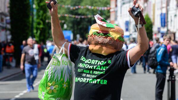 Мужчина в маске гамбургера направляется к стадиону в центре города Ланс-ин-Ланс, Франция  - Sputnik Polska