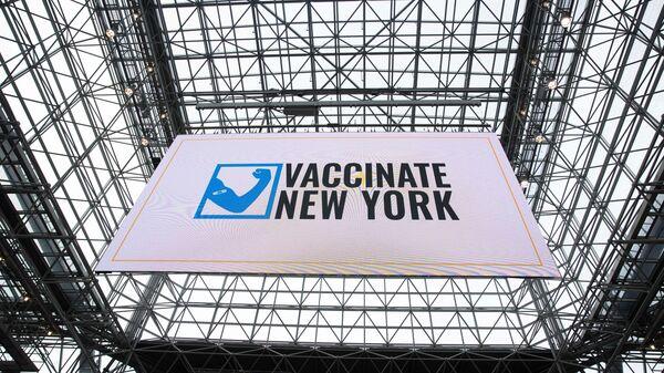Экран в центре вакцинации от коронавируса на территории конференц-центра Якоба Явица в Нью-Йорке  - Sputnik Polska