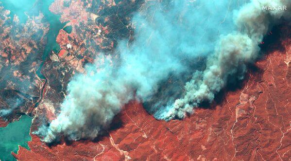 Kolorowe zdjęcie satelitarne pożarów lasów w pobliżu Oymapinar w Turcji, 29 lipca 2021 r. - Sputnik Polska