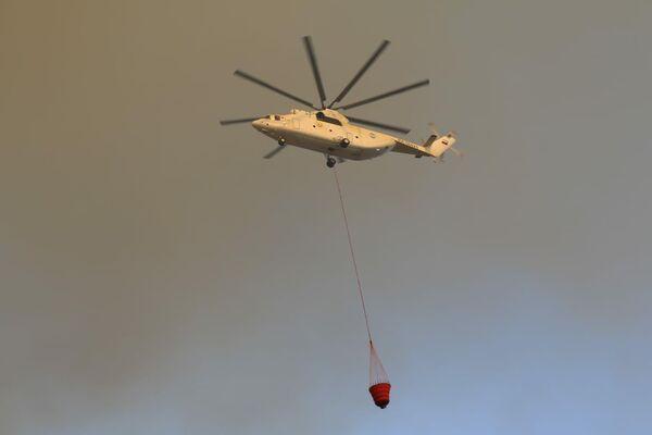 Rosyjski śmigłowiec pomaga w gaszeniu pożarów w Bodrumie, południowo-zachodnia Turcja, prowincja Muğla - Sputnik Polska