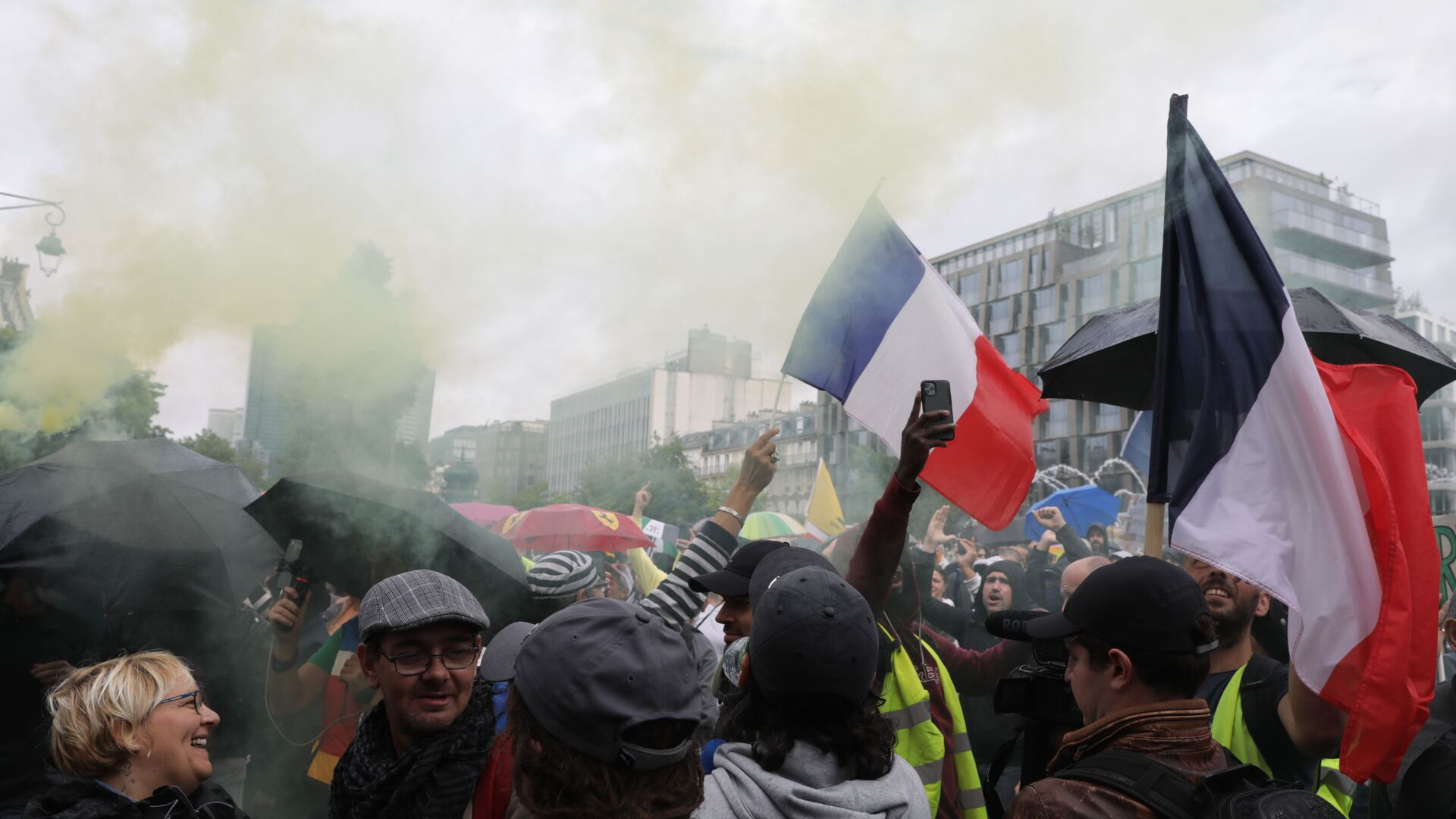 Протестующие против вакцинации и вакс-паспортов во время демонстрации в Париже, Франция - Sputnik Polska, 1920, 18.09.2021