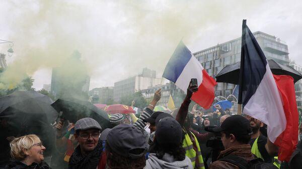 Протестующие против вакцинации и вакс-паспортов во время демонстрации в Париже, Франция - Sputnik Polska