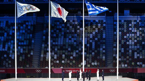 Олимпийский флаг, флаги Японии и Греции на торжественной церемонии закрытия XXXII летних Олимпийских игр в Токио - Sputnik Polska