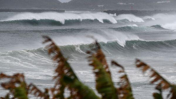 Высокие волны в Макурадзаки во время тайфуна  - Sputnik Polska