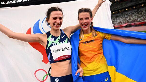 Украинаская легкоатлетка Ярослава Магучих и российская спортсменка Мария Ласицкене во время фотографирования на Олимпиаде-2020 в Токио - Sputnik Polska