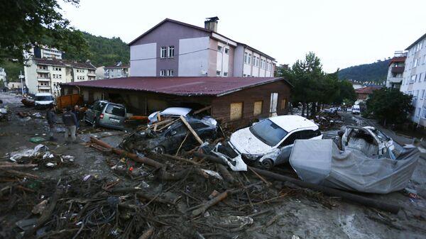 Разрушенные автомобили на улице после наводнения и оползней в городе Бозкурт провинции Кастамону, Турция - Sputnik Polska