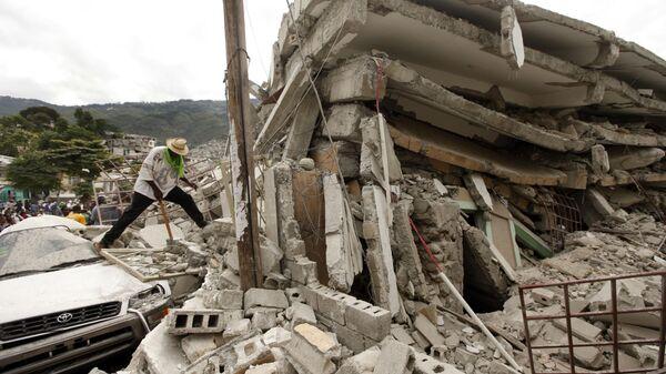 Обломки разрушенного здания после землетрясения в Порт-о-Пренсе, Гаити, 2010 год - Sputnik Polska