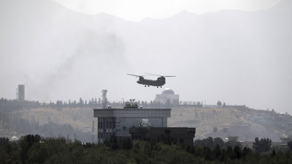 Вертолет Chinook  над посольством США в Кабуле  - Sputnik Polska