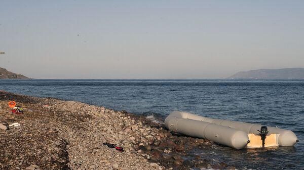 Резиновая лодка на берегу острова Лесбос в Греции  - Sputnik Polska