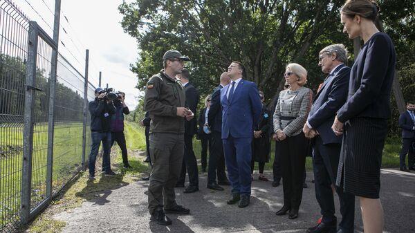 Глава Европарламента Давид Сассоли вместе со спикерами законодательных собраний Литвы, Латвии и Эстонии во время посещения литовско-белорусской границы - Sputnik Polska