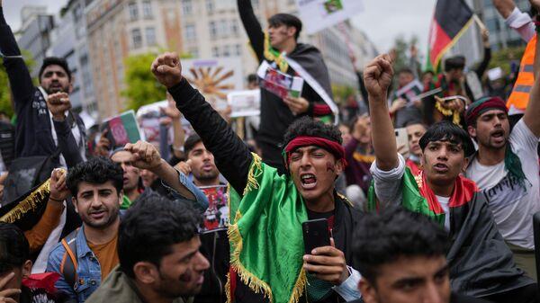 Демонстранты во время акции протеста перед штаб-квартирой ЕС в Брюсселе - Sputnik Polska