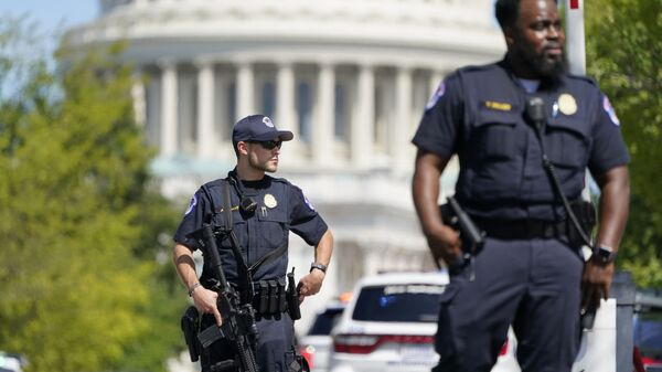 Сотрудники полиции на перекрестке между зданиями Капитолия США и библиотеки конгресса в Вашингтоне - Sputnik Polska
