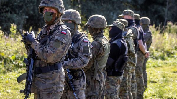 Вооруженные польские пограничники в импровизированном лагере мигрантов на границе Белоруссии и Польши - Sputnik Polska