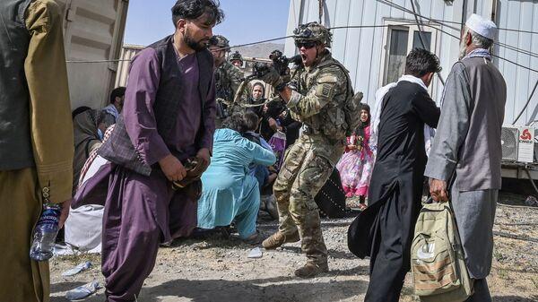 Американский солдат целится в афганцев в аэропорту Кабула  - Sputnik Polska