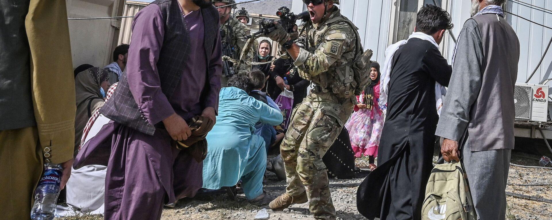 Amerykański żołnierz celuje w Afgańczyka na lotnisku w Kabulu - Sputnik Polska, 1920, 20.08.2021