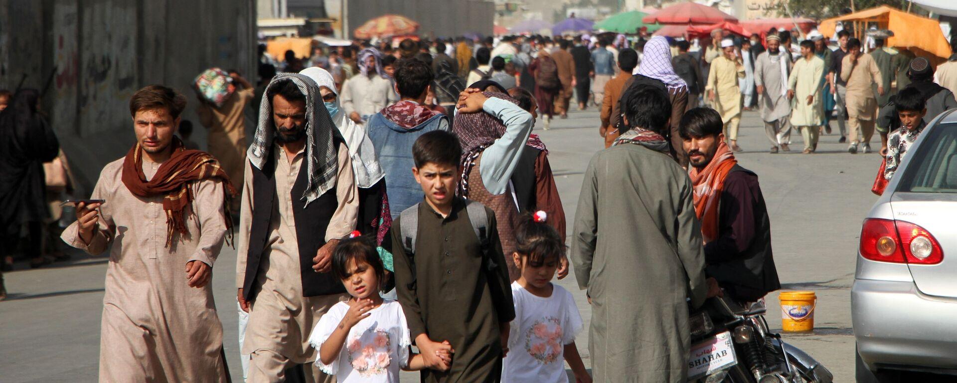 Ludzie w pobliżu lotniska Hamida Karzaja w Kabulu - Sputnik Polska, 1920, 03.09.2021