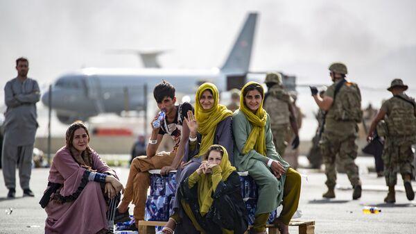 Женщины и дети в ожидании эвакуации в аэропорту Кабула  - Sputnik Polska