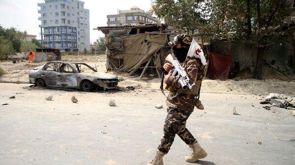 Боец Талибана* на улице Кабула после ракетного обстрела - Sputnik Polska