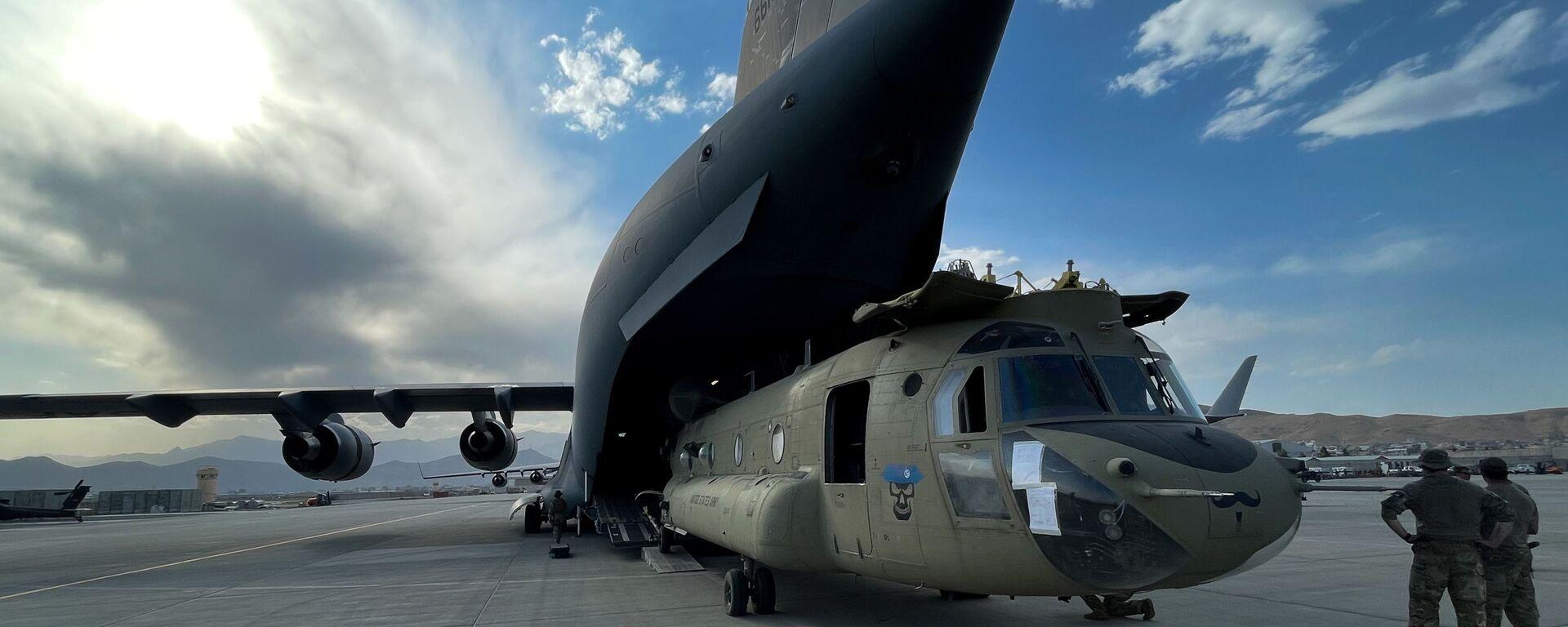 Śmigłowiec CH-47 Chinook w amerykańskim samolocie transportowym C-17 Globemaster III na lotnisku w Kabulu  - Sputnik Polska, 1920, 31.08.2021