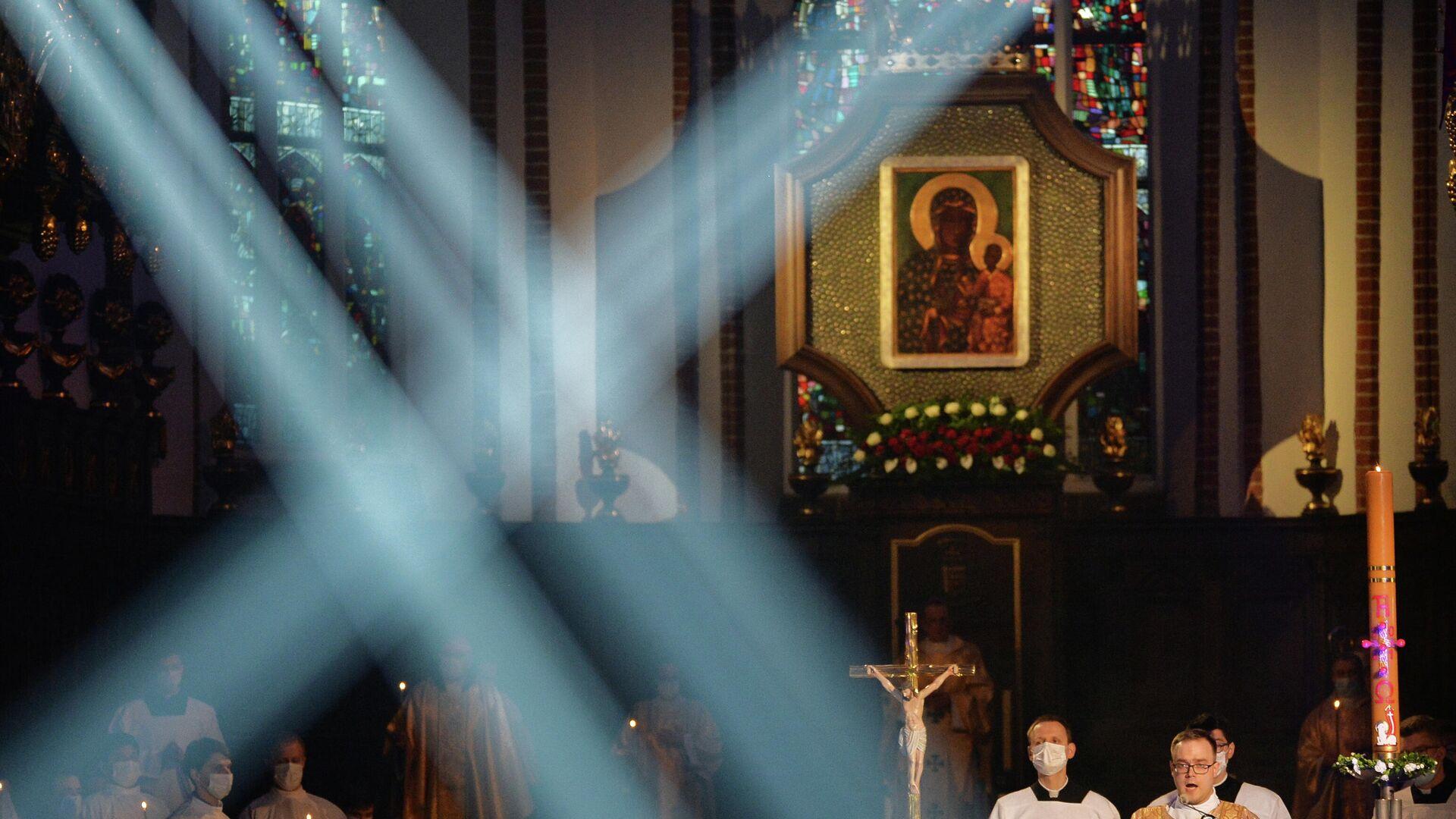 Wierni podczas uroczystego nabożeństwa wielkanocnego w Katedrze św. Jana Chrzciciela w Warszawie. Odzyskane - Sputnik Polska, 1920, 31.08.2021