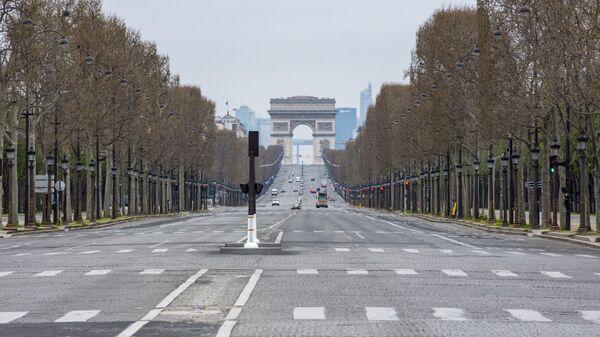 Вид на безлюдные Елисейские поля с площади Согласия в Париже - Sputnik Polska