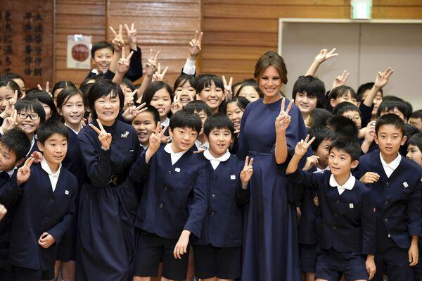 Pierwsza dama USA Melania Trump i żona japońskiego premiera Shinzo Abe, Akie, pozują do zdjęcia z uczniami po przybyciu do szkoły podstawowej Kyobashi Tsukiji w Tokio - Sputnik Polska