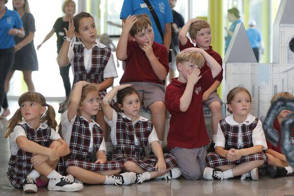 Dzieci ze szkoły Christian Brother's School postępują zgodnie z instrukcjami wolontariusza w Nowym Orleanie - Sputnik Polska