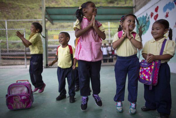 Dzieci skaczą i uśmiechają się podczas zajęć w szkole w Caracas w Wenezueli.  - Sputnik Polska