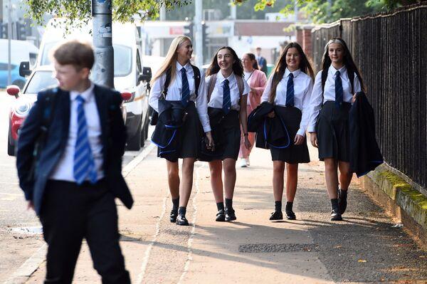 Uczniowie po raz pierwszy wracają do Holyrood Secondary School w Glasgow po złagodzeniu środków blokujących koronawirusa 12 sierpnia 2020 r.  - Sputnik Polska
