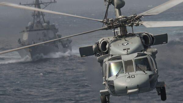 Вертолет MH-60S Knight Hawk на фоне ракетного эсминца типа Arleigh Burke USS Chafee (DDG 90) - Sputnik Polska
