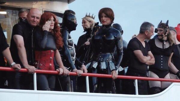 Скриншот видео. Любители фетиша садятся на борт Корабля пыток в Германии - Sputnik Polska