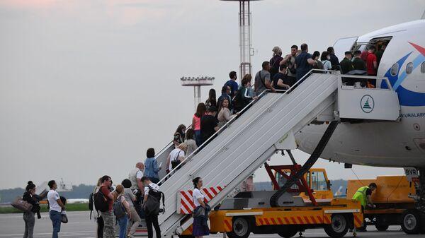 Пассажиры поднимаются на борт самолета на взлетно-посадочной полосе аэропорта Домодедо - Sputnik Polska