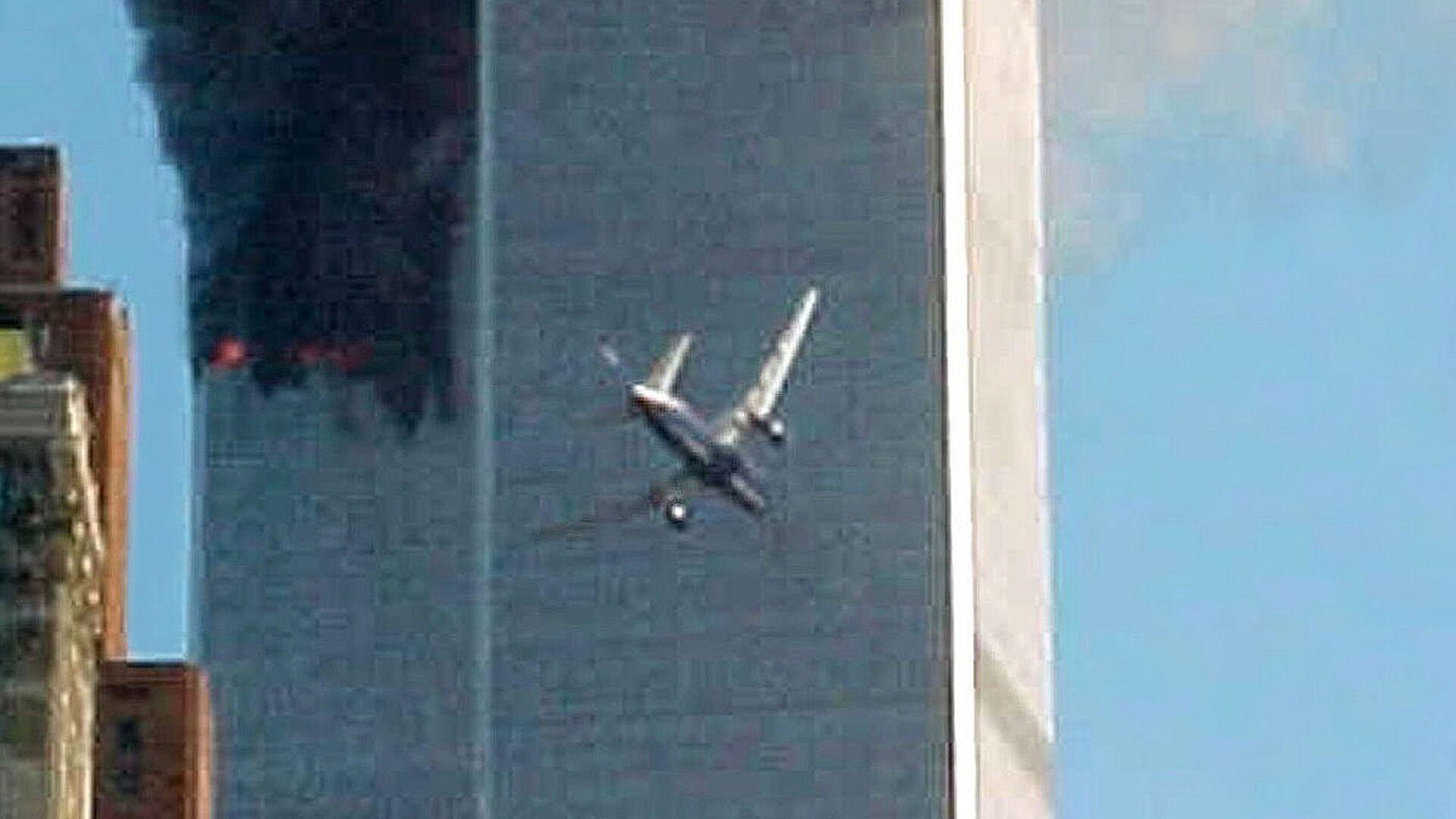 Момент столкновения самолета с одним из башен Всемирного торгового центра в Нью-Йорке   - Sputnik Polska, 1920, 11.09.2021
