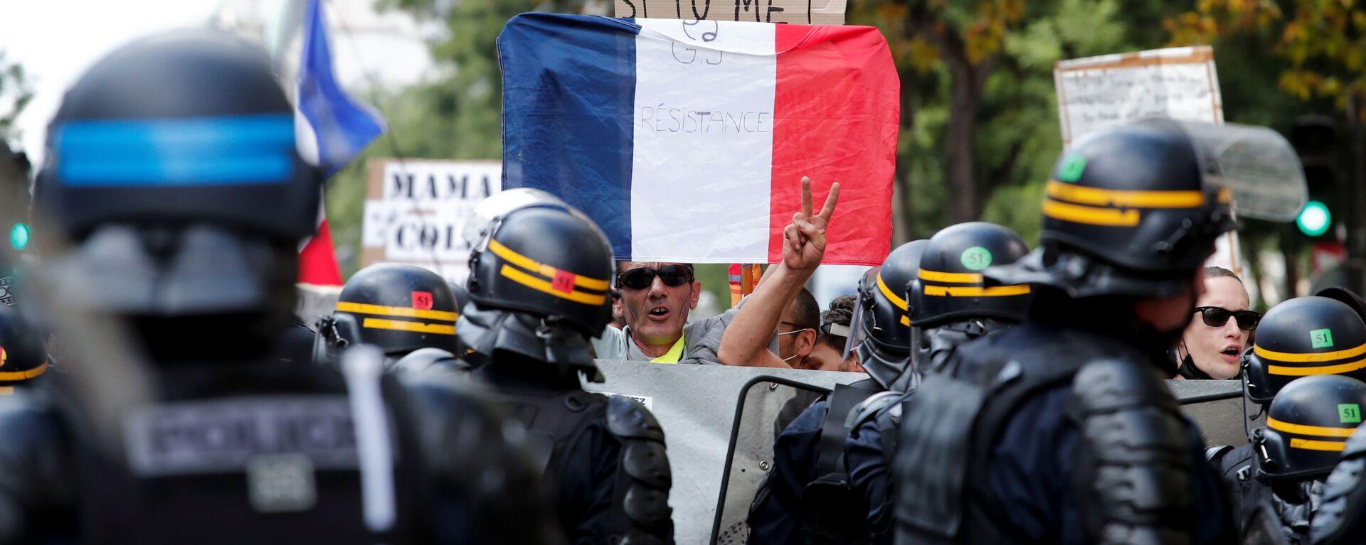 Demonstracje przeciwko ograniczeniom związanym z koronawirusem w Paryżu we Francji - Sputnik Polska, 1920, 11.09.2021
