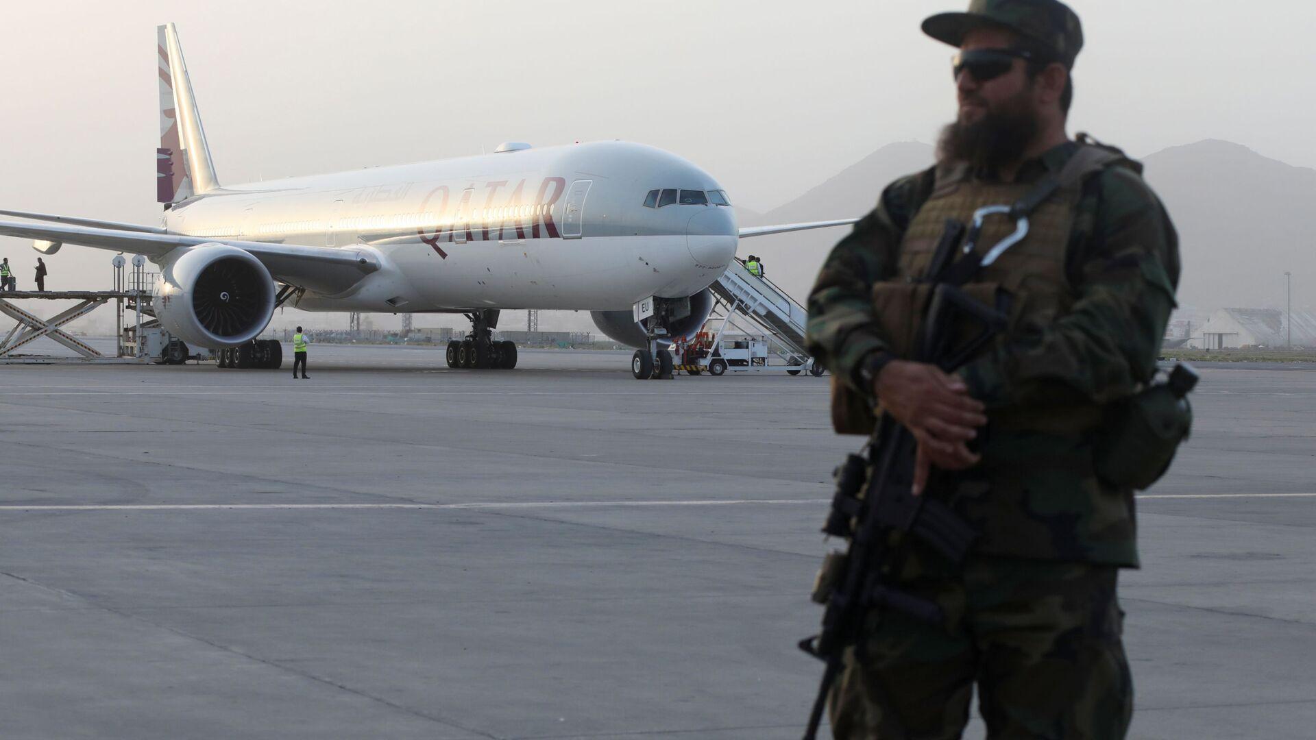 Bojownik talibski na lotnisku w Kabulu, Afganistan - Sputnik Polska, 1920, 13.09.2021