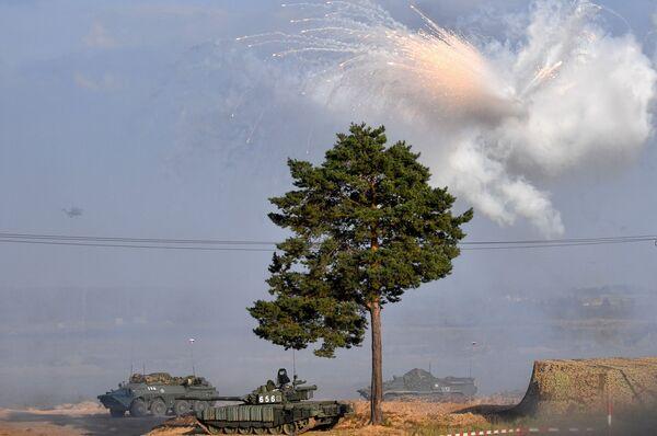 Na początku odcinka ćwiczeń jednostki pancerne wciągnęły zaawansowane jednostki warunkowego wroga do worka ogniowego i minowego. - Sputnik Polska