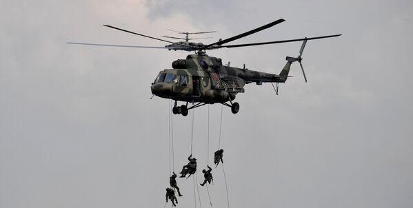 Aby zapobiec przełamaniu obrony, zastosowano mobilny rzut uderzeniowy. Spadochroniarzy osłaniały śmigłowce uderzeniowe Mi-24 i bojowe Ka-52 Aligator, a także myśliwce Su-35C. - Sputnik Polska
