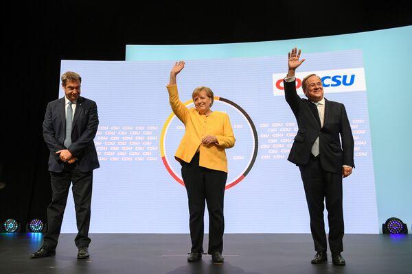 Szef partii CSU Markus Söder, kanclerz Niemiec Angela Merkel i kandydat na kanclerza z partii CDU/CSU Armin Laschet występują razem w Berlinie - Sputnik Polska