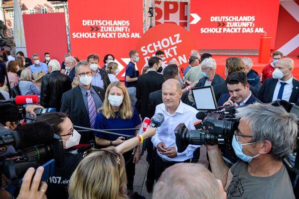Wicekanclerz i główny kandydat SPD (Socjaldemokratyczna Partia Niemiec) Olaf Scholz udziela wywiadu po kampanii wyborczej w Getyndze w Niemczech - Sputnik Polska