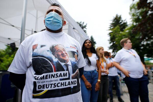Zwolennicy Armina Lascheta zbierają się na wiecu wyborczym w ogródku piwnym w Korschenbroich w Niemczech - Sputnik Polska