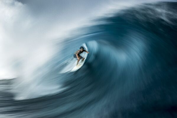 Surfer Matahi Drollet łapie falę znaną jako Teahupo'o nsTahiti. Tahiti, Polinezja Francuska. Fotograf Ben Thouard - Sputnik Polska