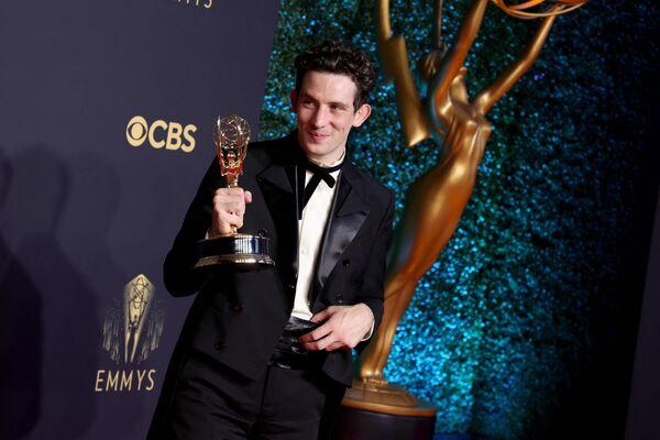 Aktor Josh O'Connor z nagrodą w centrum prasowym podczas 73. ceremonii rozdania nagród Emmy w Los Angeles - Sputnik Polska