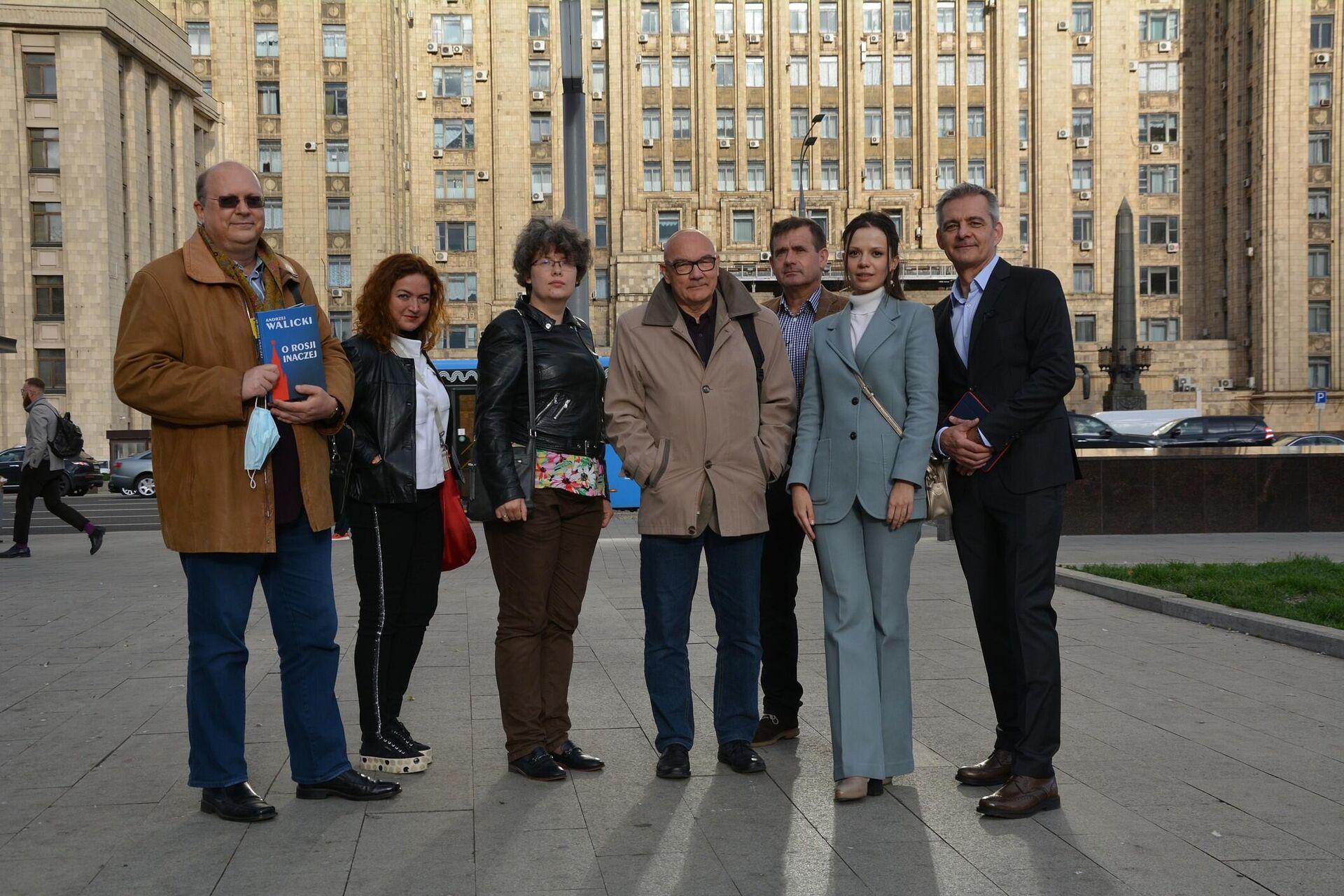 Grupa dziennikarzy z Polski przed budynkiem MSZ Rosji po spotkaniu z Marią Zacharową. Wrzesień 2021 r. - Sputnik Polska, 1920, 21.09.2021