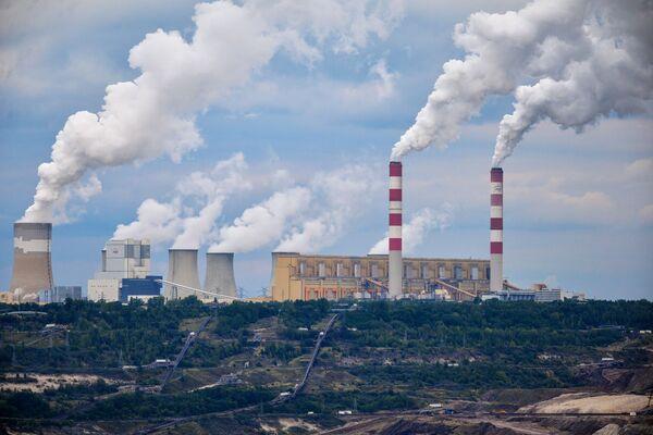 """Elektrownia Bełchatów w województwie łódzkim. """"Bełchatów"""" jest największą elektrownią w Polsce, produkującą jedną piątą całej energii generowanej w kraju. Pod względem zainstalowanej mocy jest pierwszą elektrownią cieplną w Unii Europejskiej i czwartą na świecie. Wykorzystuje węgiel brunatny jako paliwo, przez co zajmuje czołowe pozycje w UE w rankingu emisji szkodliwych substancji chemicznych. - Sputnik Polska"""