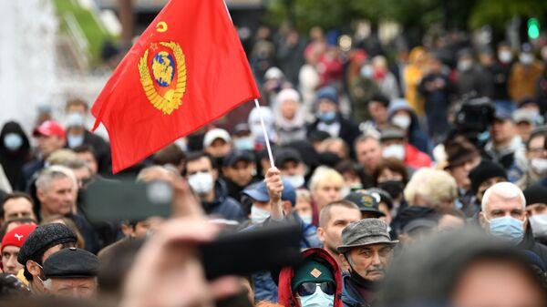 Участники встречи граждан с депутатами Госдумы и Мосгордумы от КПРФ на Пушкинской площади в Москве во время митинга в рамках всероссийской акции за честные выборы - Sputnik Polska
