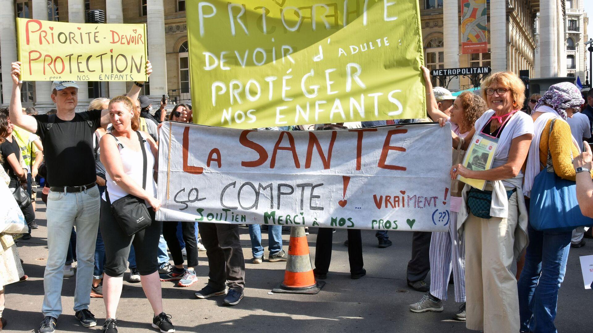 Uczestnicy podczas protestów przeciwko ograniczeniom COVID w Paryżu we Francji - Sputnik Polska, 1920, 25.09.2021