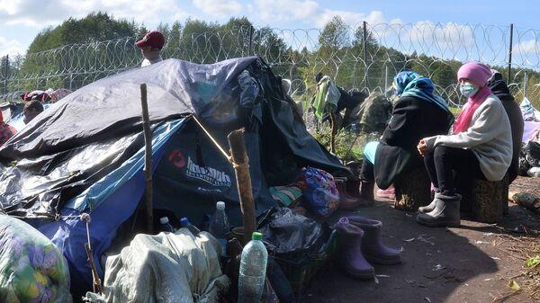 Люди в лагере нелегальных мигрантов из Афганистана на белорусско-польской границе возле деревни Уснар-Дольное - Sputnik Polska