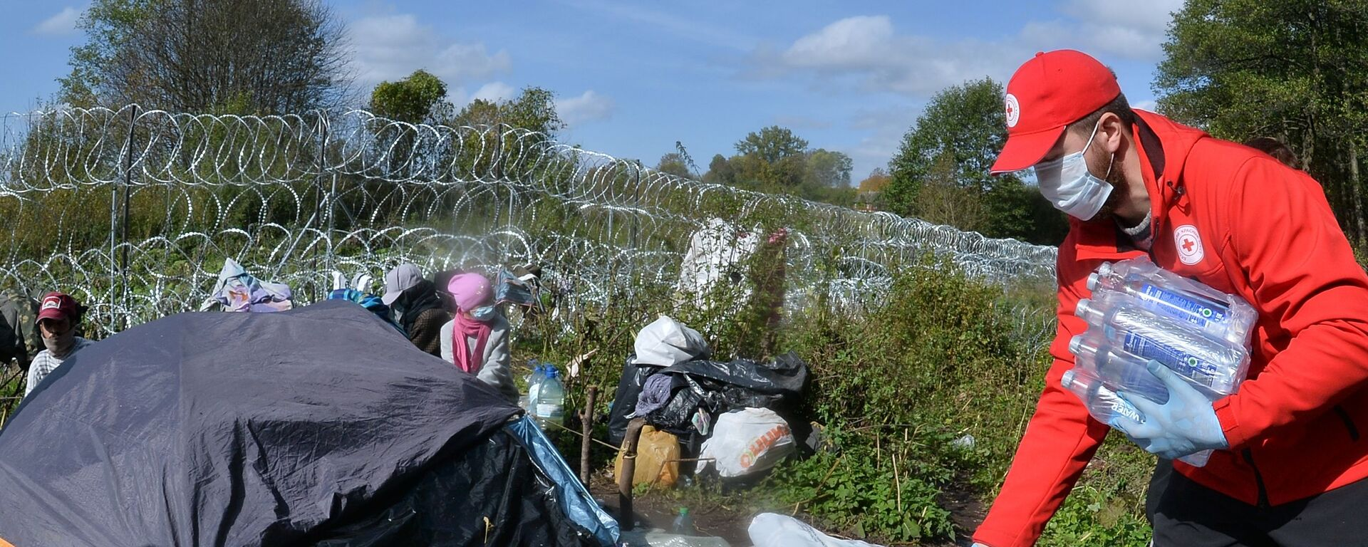 Przedstawiciele białoruskiego Czerwonego Krzyża w obozie uchodźców na granicy polsko-białoruskiej - Sputnik Polska, 1920, 07.10.2021
